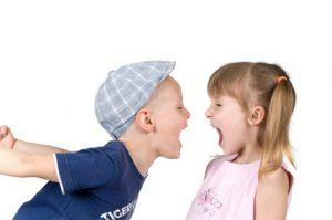 mały chłopiec krzyczy na małą dziewczynkę.