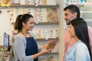 Oczekiwania zakupowe dzisiejszego klienta - sklepy stacjonarne nadal są ważne, pójść i dotknąć to cel wielu konsumentów.